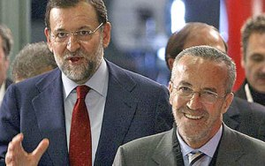 Rajoy detrás de Pedro Arriola, el gurú del PP