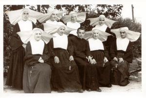 Cuadro de profesoras para adolescentes femeninas de un centro de enseñañnza religioso acompañádo del párroco de la iglesia que albergaba
