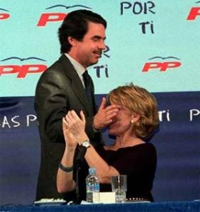 Aznar bromeando de su inseparable Esperanza Aguirre