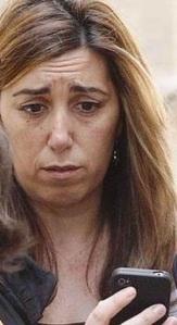 ¿Susana Díaz leyendo los planes de Pedro Sánchez sobre ir a las primarias en julio?