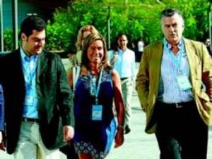 El actual líder del PSOE-A `el pobre´, Juanma Moreno, acompañado de Ana Mato, con la que estuvo en Sanidad y con Luis Bárcenas de su misma circunscrpción electoral de Cantabria (2000-2004), luego  por Málaga
