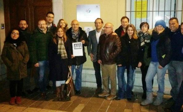 En Málaga, calle Beata, en la puerta de la Alianza Francesa con un grupo de periodistas solidarizándonos con el pueblo francés ante la barbarie de la sinrazón