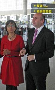 María Gámez, con la voz cantante de sa candidatura y segundo de su lista, Francisco Conejo, en el aeropuerto de Málaga ¿Rumbo?