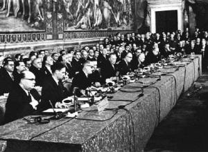 el acto de firma de los conocidos como Tratados de Roma, el 25 de marzo de 1957. El establecimiento de la Comunidad Económica Europea —CEE— y de la Comunidad Europea de la Energía Atómica —EURATOM— reforzaban el proceso abierto en 1951 por la Comunidad Económica del Carbon y del Acero —la famosa CECA, primer organismo supranacional de los monopolios europeos, en este caso, franceses y alemanes junto a los italianos y del BENELUX