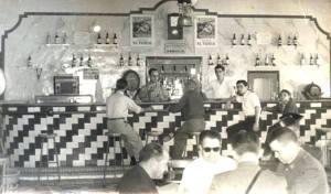 Los bares eran refugio, bien jugando a las cartas o al dominó para echar el día. Hasta se veía al cura echando una partida de cartas con la pareja de la Guardia Civil y el corredor