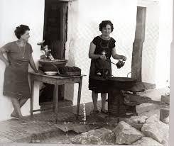Frasquita la Francesa disponiéndose a comenzar su jornada de freir churros