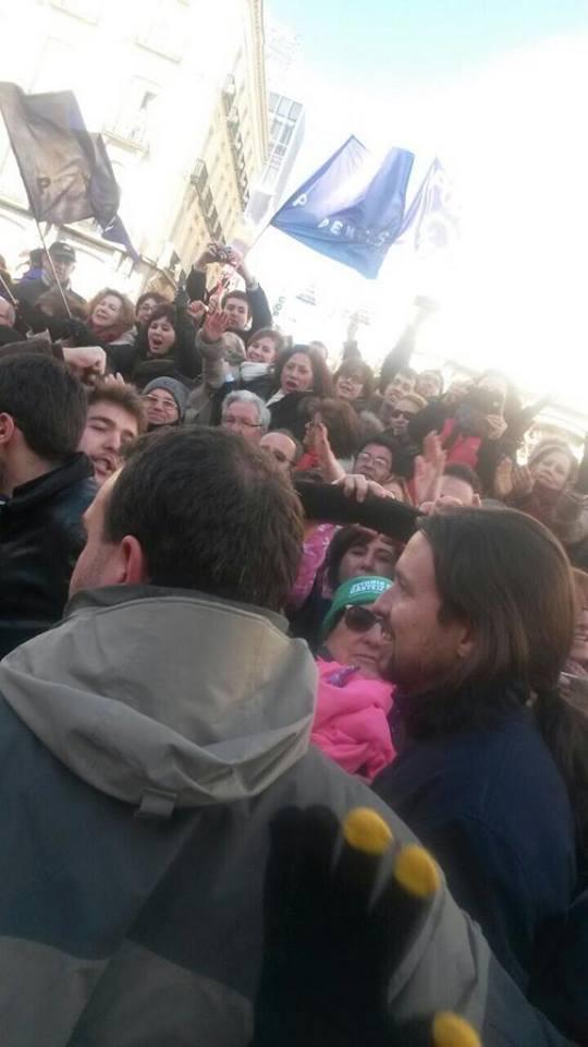 Plablo Iglesias, el desestabilizador perroflauta de la coleta que se quiere cargar el euro y la recuperación económica de Rajoy,, según la caverna, en la mani entre los asistentes: La cabecera de la Marcha por el Cambio la formaron militantes de base de Podemos no conocidos
