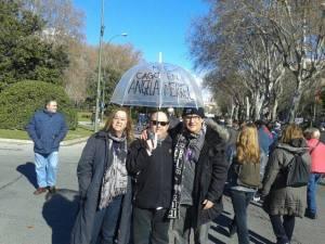 Con el malagueño, director de cine y productor de Antonio Banderas, Carlos Taillefer y su mujer, camino de la manfestación