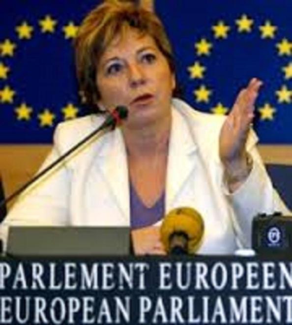 La Celia Villalobos que como europarlamentaria cerificó de su puño y letra en su ficha de inscripción que era Licenciada en Ciencias Económicas