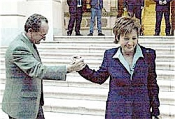 Diez meses tardó Celia Villalobos, tras lograr mayoría absoluta y prometer quedarse en Málaga, en abandonar la alcaldía con destino al Gobierno Aznar para llevar la cartera de Sanidad