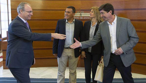 SEVILLA 28/04/2015.- El presidente del Parlamento andaluz, Juan Pablo Durán (i), saluda al líder de Ciudadanos en Andalucía, Juan Marín (d), en presencia de los diputados de su grupo Irene Rivera (2d) y Julio Díaz Robledo (2i) al inicio de la reunión mantenida hoy en la cámara regional en Sevilla para la investidura de la socialista Susana Díaz a la Presidencia de la Junta de Andalucía, que se someterá a una primera votación en la Cámara autonómica a partir del 4 de mayo. EFE/Julio Muñoz.