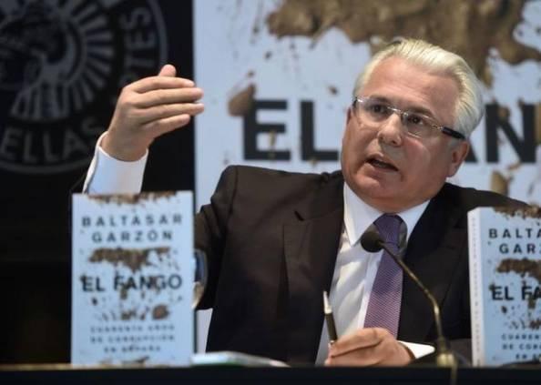 El exjuez Garzón presentando su último libro