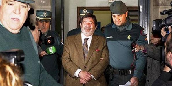 Javier Guerrero, exalcalde de El pedroso y exdirector general de Trabajo de la unta, uno de los máximos imputados en el caso de los falsos ERE, en el momento de salir del juzgado de la juez Ayala, esposado, con destino a la cárcel.