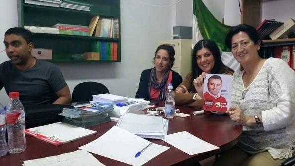 Antonia Muñoz en la sede de IU, con el cartel del actual candidato a las municipales. Abril 2015