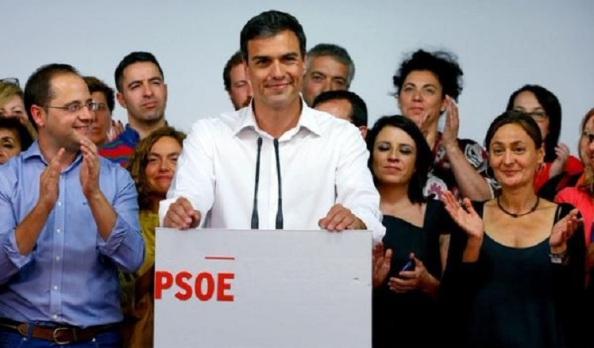 Pedro Sánchez, exultante por los peores resultados que el PSOE ha obtenido desde las primeras elecciones municipales de abril de 1979