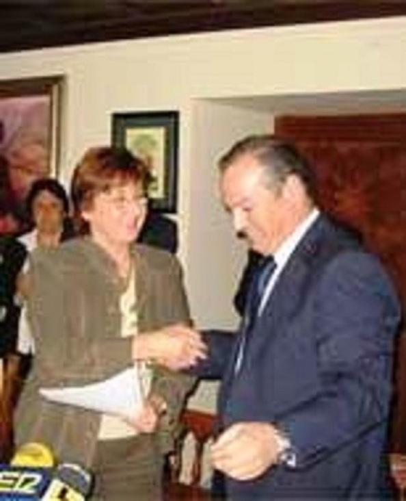 Mayo 2008. Pacto municipal en Ronda del PSOE, con la secretaria general de la provincia a la cabeza, con el PA, cuyo alcalde, Antonio María Lara