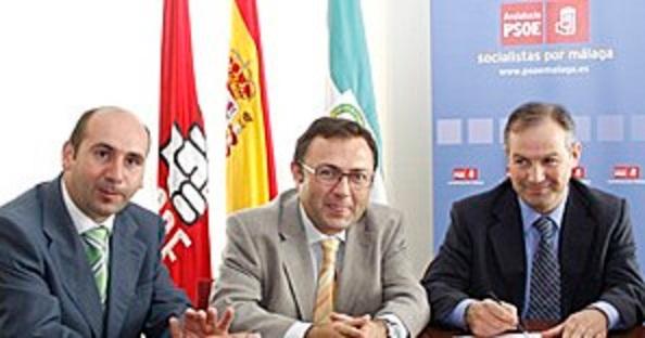Los máximos dirigenres del PSOE de Málaga, Miguel Ángel Heredia, y Fco Conejo,presentando al fichaje de El Toti.
