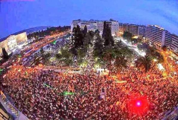 Grecia, celebrando el triunfo del OXI en la plaza de Atenas