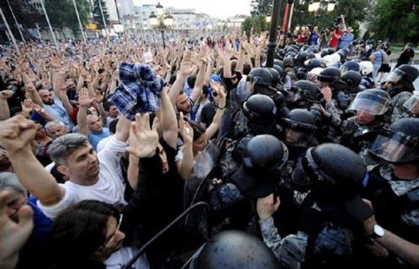 Palos y alambradas, respuesta civilizada de la UE a la inmigración política y laboral. Aquí la frontera con Macedonia
