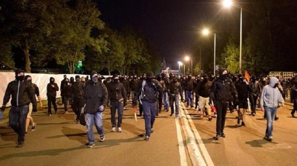 Neonazis alemanes dirigiéndose a un centro de acogida de inmigrantes para meterle fuego