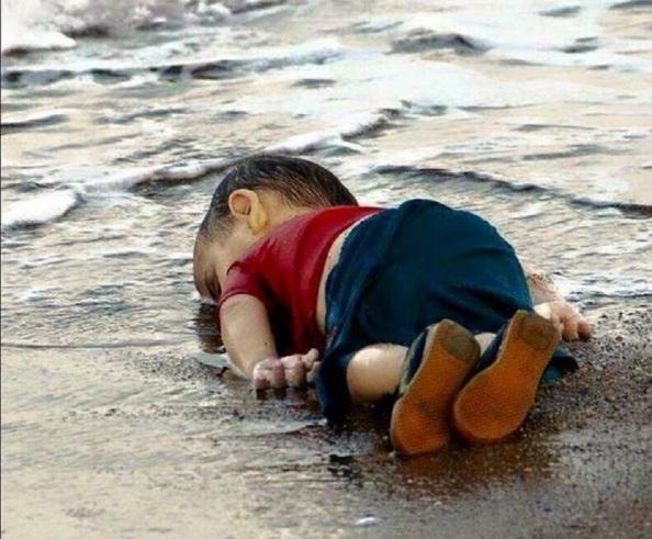 Situación límite, insoportable... La foto de la vergüenza europea y mundial, el niño sirio, Aylan Kurdi, con 3 años de vida que no pudo alcanzar la isla de Cos (Grecia) ¿Hasta cuándo?