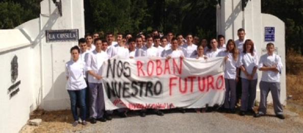 Protesta de alumnos y profesores de la Cónsula por los meses que llevan sin cobrar y por el abandono que sufren de la Junta.