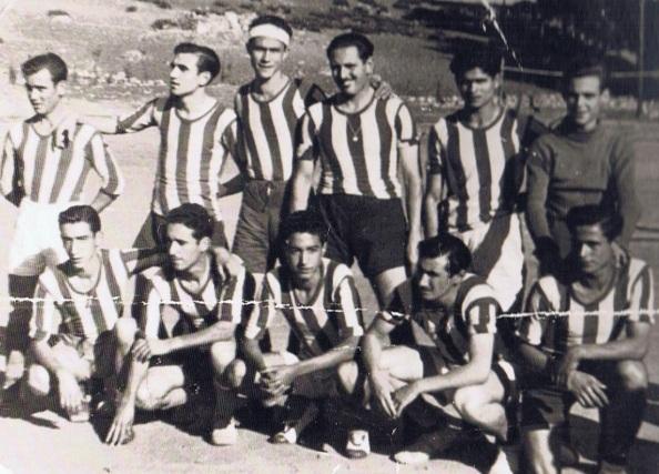 Ya en 1.955, aún sin haberse fundado oficialmente el Jimena CD, ya había un grupo de jóvenes y más mayores aficionados al futbol que habían formado equipo. Furnte: ediciones OBA