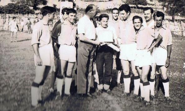 Jugadores, rindiendo homenaje a quién revolucionó ya en 1960 al equipo del Jimena CD: Ramón Regueira Ramos.