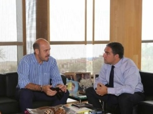 Elías Bendodo, presidente de la Diputación del PP, y Jorge Gallardo, alcalde del PSOE de Cártama