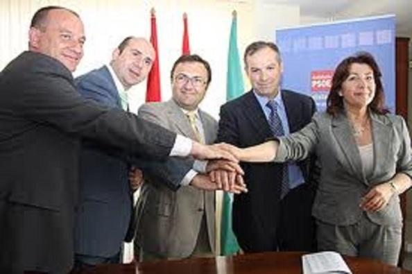 El vergonzoso acuerdo de darle el carnet del PSOE a los tránsfugas rondeños. De esa foto, menos Heredia y Conejo, los demás acabarían detenidos dos años después