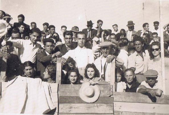 Otra panorámica de lo espectadores de la novillada de 1945