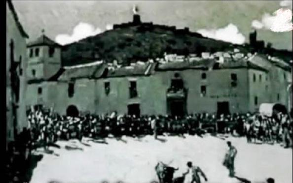 Paseo, delante de la iglesia Santa María Coronada, donde también se celebraron corridas