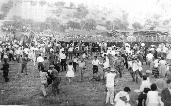 Tragedia en Jimena el 17 de agosto de 1961, tras el hundimiento de la plaza de toros portátil que recoge esta instantánea en el momento de producirse