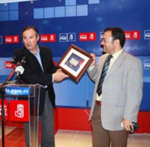 En la foto que figura aquí, aparece Heredia en junio del 2010 felicitando e intercambiándose regalos con el entonces alcalde transfuga de Ronda, Antonio María Marín Lara
