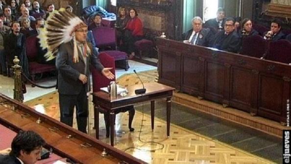 El 15 de octubre, tendrá lugar la cita judicial de Artur Mas, que en la última campaña electoral mitineó en plan jefe de tribu india. Coincidirá con el aniversario del fusilamiento de Lluis Companys, ayudando así a que el independentismo catalán retorne al terreno que le es más favorable, el del agravio y el victimismo. Lluis Campanys, fue de ERC, y President de la Generalitat, en una primera etapa, desde el 31 de diciembre de 1933 al 7 de octubre de 1934, fecha en que la autonomía catalana quedó intervenida. Fue debida a su proclamación como Estado Catalá, ante el triunfo electoral de la derecha y los recortes que la misma imponía a las competencias que ejercía la Generalitat, por cierto menores que el actual Estatut. Companys sería juzgado y encarcelado al pretender dar un golpe militar en Cataluña que quedó abortado. Volvería a ser President de la Generalitat desde el 29 de febrero de 1936, con su salida de la cárcel por el triunfo electoral del frente Popular, que dio paso a una amnistía y al restablecimiento de las instituciones catalanas, hasta al 15 de octubre de 1940, en que sería fusilado, previa detención en el exilio, en la gala región de Bretaña, por los nazis alemanes que habían ocupado Francia, siendo entregado al gobierno de Franco y juzgado por un Consejo de Guerra que sin garantías judiciales alguna lo condenaría a la pena de muerte.