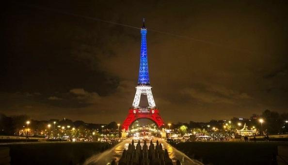 PARÍS (FRANCIA) 16/11/2015 .- Vista de la torre Eiffel iluminada con los colores de la bandera nacional francesa en París, Francia, hoy 16 de noviembre de 2015, en homenaje a las víctimas de los atentados perpetrados por el Estado Islámico (EI) el pasado viernes en la capital francesa. Al menos 129 personas fallecieron en los ataques. EFE/Etienne Laurent.