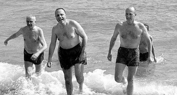 """MD66. MADRID, 15/01/2010.- Foto de archivo del 8 de marzo de 1966 del ministro de Información y Turismo, Manuel Fraga (2-d), y el embajador de Estados Unidos en España, Angier Biddle Duke (d), bañándose en la playa de Palomares, en Almería, para demostrar que no había contaminación radioactiva en esa zona de la costa mediterránea tras la colisión en vuelo de un B-52 con cuatro bombas nucleares de 1,5 megatones a bordo y un avión cisterna de la base estadounidense de Morón (Cádiz). El Archivo de Seguridad Nacional estrenó hoy en internet el documental """"Operation Headstart"""" (1959), producido por las Fuerzas Aéreas de EEUU para demostrar la fiabilidad de su estrategia frente a un hipotético ataque de la URSS y que condujo al incidente nuclear de Palomares. EFE"""