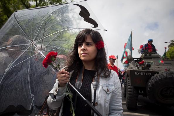 El 25 de abril de 1974, los capitanes del ejérito portugués hicieron posible la ruptura con la Dictadura salararista. En España el paso a la democracia se llevó a cabo entre el campo democrático en pacto con reformistas procedentes del franquismos.