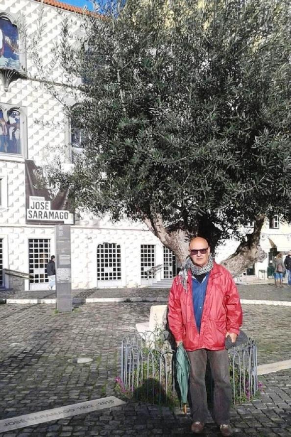 En Lisboa junto a la Fundación José Saramago y a pie del olivo donde yacen las cenizas del Premio Nobel