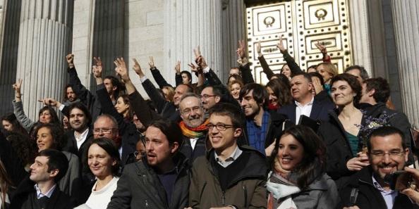 Los 69 dipitados de Podemos posando en las escalinatas del Congreso de los Diputados al inicio de la nueva legislatura