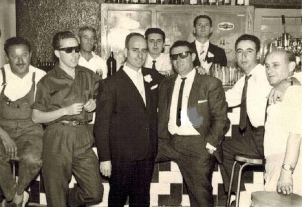 Bar Central de Tesorillo: Delante: Rivas, el zapatero/ Domingo (Quintero)/ Marín/ Juan Riscos/ Pedro García y Ciro. Detrás: Miguel Martín Franco, camarero y Antonio Mena. Fuente; Portal de Facebook: