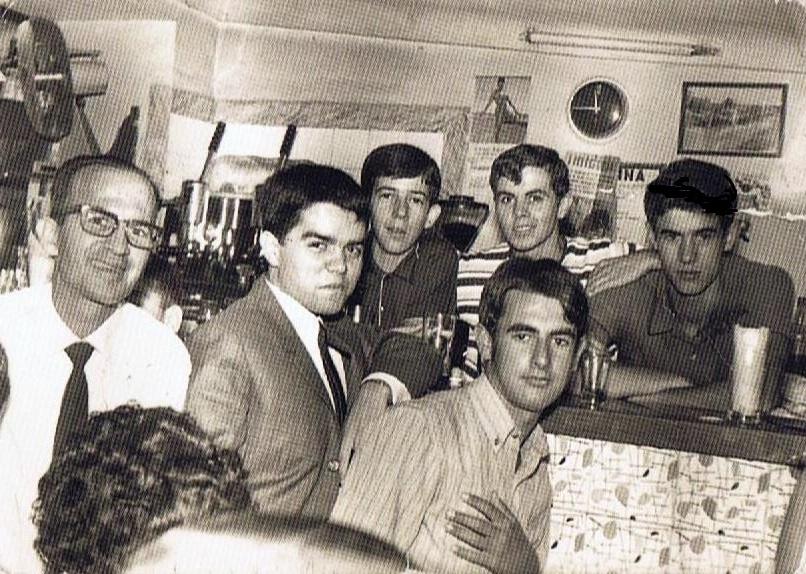 Delante de la barra: del bar de Becina: Ernesto Cuenca, Juan Aguilar e Ignacio Trillo. Detrás:, José María Macías, Javier Vargas-Machuca y Tobi Castilla, Abril 1968. Foto propia.