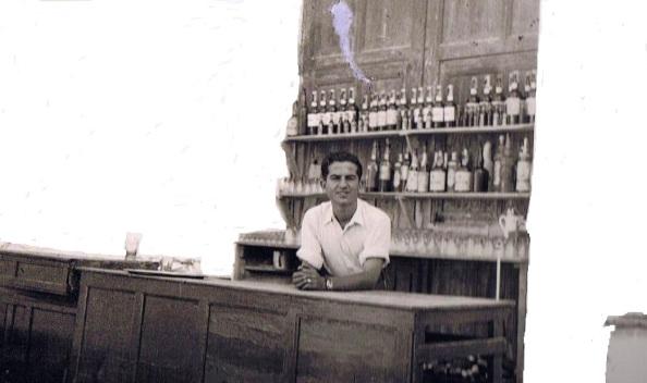 Ernesto Cuenca tras el mostrador en su primera etapa en el bar