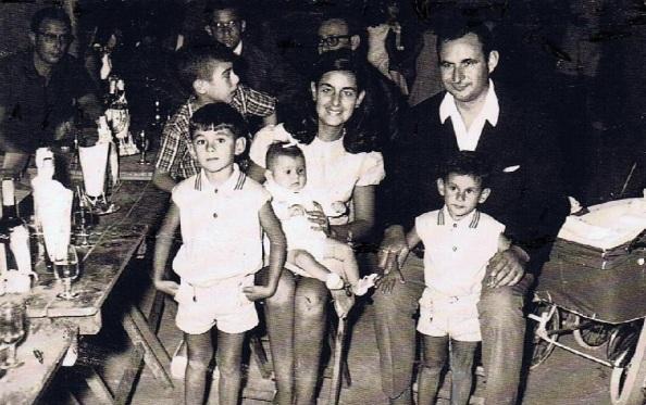 La familia de José Regyeira Ramos y Kati Mauri Fernández con sus cuatro hijos. Foto: Ediciones OBA