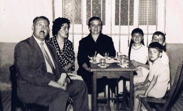 Guillermo Ruíz Jiménez, Paca Pérez Gil, Ana Gil de Castro y los niños: Loli Ruiz Pérez, Paco Ruíz Pérez y Mariano Ruíz Pérez. Foto: Ediciones OBA