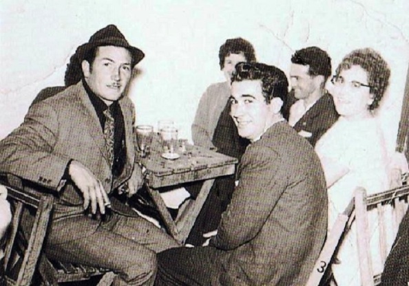 Delante: Andrés Godino Gil. A su izquierda: Paco Moya Herrera. Detrás y a su derecha: Paca Pozo Gómez y Antonio Téllez Rojas y desconocida. Foto: Ediciones OBA