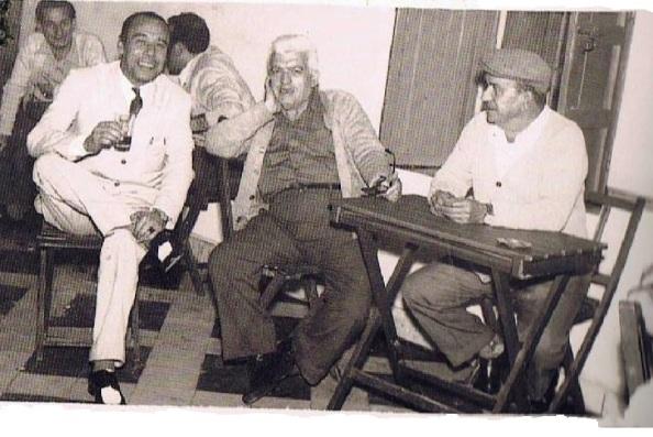 Bar España. en las cuatro esquinas del barrio de arriba: José Castilla, Frasquito Vargas Domínguez y Miguel Sarrias Mena.