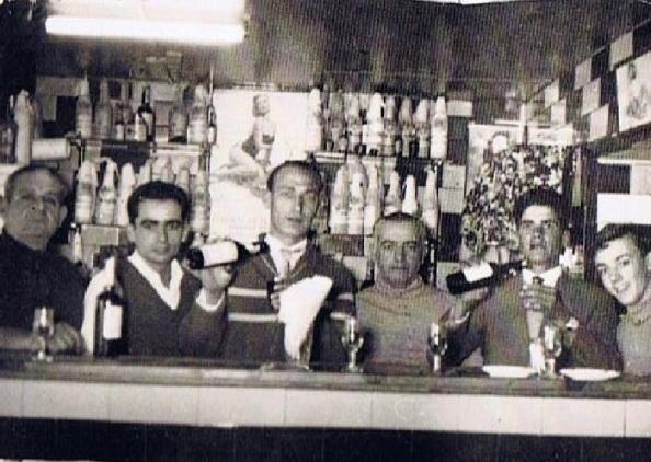 Bar Vargas: Sebastián Jiménez Gómez, Juan Mena Herrera, Máximo Mateo Coloma, Manuel Vargas Domínguez, desconocido y Juan Vargas Pino, el hijo del dueño Manuel Vargas Domínguez