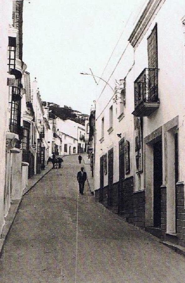 La calle Sevilla una vez que fue hormigonada. Los fines de semana aparecía abarrotada a la altura del cine con cantidad de puestos en la calle para la venta de productos para su consumo en el interior de la sala. 1962.
