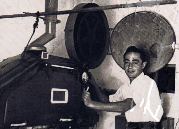 La máquina de proyección de las películas en el cine de Jimena. Sebastián Jiménez Mateo que se encargaba de su mantenimiento. Fuente: Ediciones OBA.
